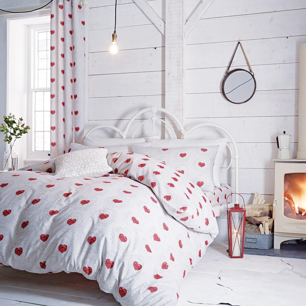 Nefalšovaná romantika Srdiečkové posteľné obliečky, svetlý interiér, jemné kvietky vo váze ajednoduché svietidlo. Viete si predstaviť väčšiu romantiku? Ak ste aj vy jej milovníkmi,porozmýšľajte, aké doplnky adekorácie by potešili vašu spálňu. Niekedy stačia skutočné drobnosti, ktoré znej vytvoria čarovné miesto plné romantiky.