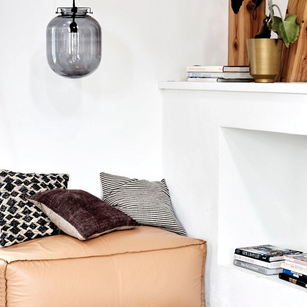 Nízko pri zemi Posteľ vyhovujúca požiadavkám svojho majiteľa patrí kzákladným kusom nábytku vspálni. Mnohí znás však obľubujú svoj vlastný kútik, kde môžu načerpať energiu, oddýchnuť si alebo si prečítať dobrú knihu. Na takéto účely vynikajúco poslúži taburetka alebo vak, ktoré vizbe vytvoria harmonické miesto pokoja.