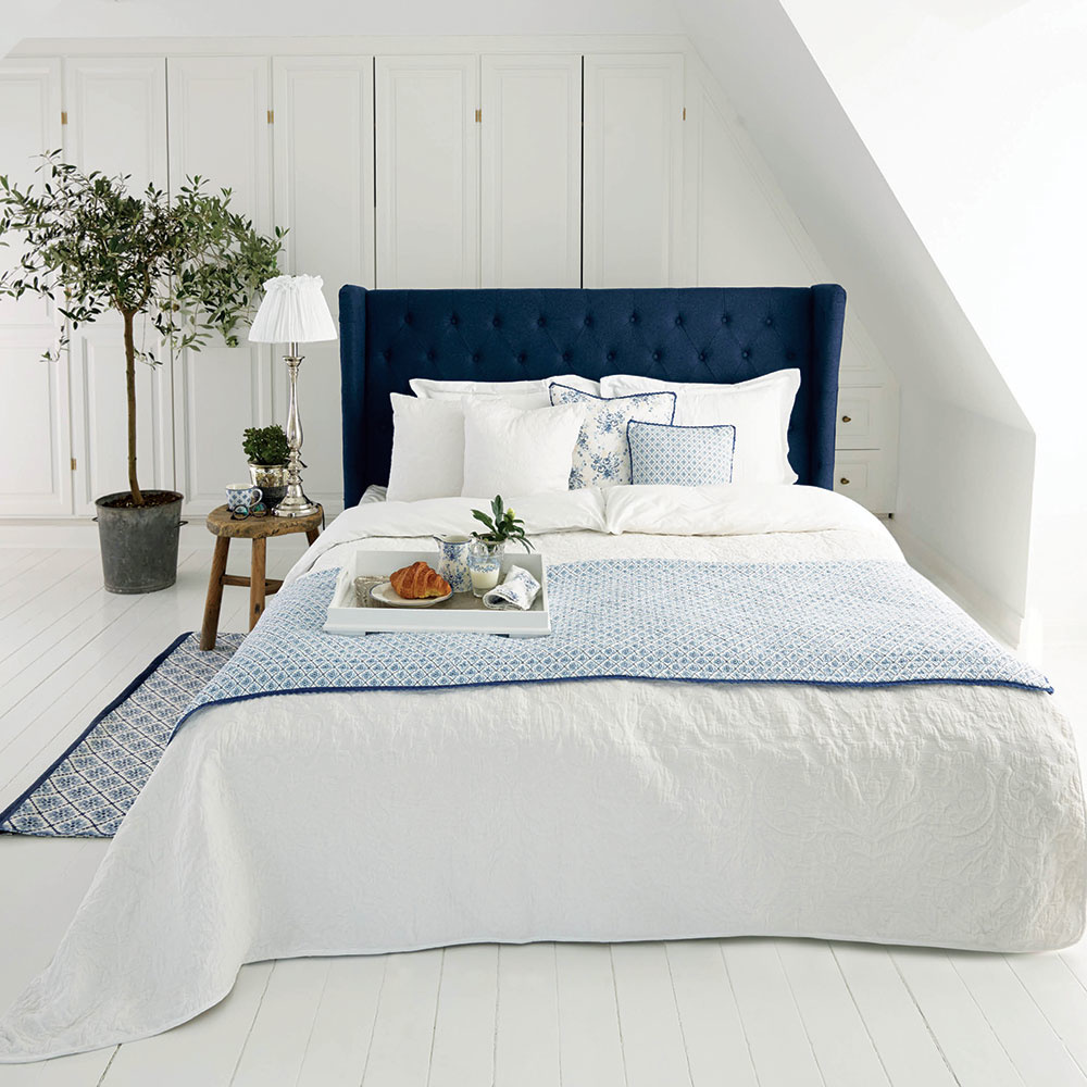 Modro-biela klasika Svetlý interiér spálne dokonale oživí jeden farebne výrazný kúsok, napríklad sýtomodré čelo postele. Modrej to sbielou veľmi pristane akonkrétne vspálni ide oveľmi príjemnú kombináciu farieb. Upokojujúca, nadčasová, mladistvá. Ktomu raňajky do postele akrásny deň sa môže začať.
