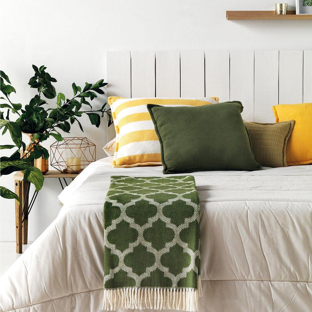 So zeleným prízvukom Zelená spálni rozhodne pristane. Na trhu je však kdispozícii bohatá škála zelených odtienkov, preto pri ich výbere zohľadnite najmä celkové zariadenie asamotný štýl izby. Ak je miestnosť ladená dobleda, máte vhodnú príležitosť, ako sa vyhrať sjednotlivými tónmi zelenej. Napríklad zelená vkombinácii so žltou pôsobí veľmi sviežo.
