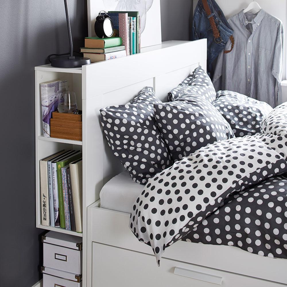 Hlavne prakticky Nedostatok úložného priestoru je problémom mnohých bytov. Každý šikovný nápad, ktorý šetrí miestom azároveň pôsobí vkusne, je vítaný. Čo tak využiť priestor za posteľou na odkladanie kníh ainých drobností? To, čo chcete mať na očiach, necháte votvorenej časti azvyšok schováte. Praktické aúčelné.