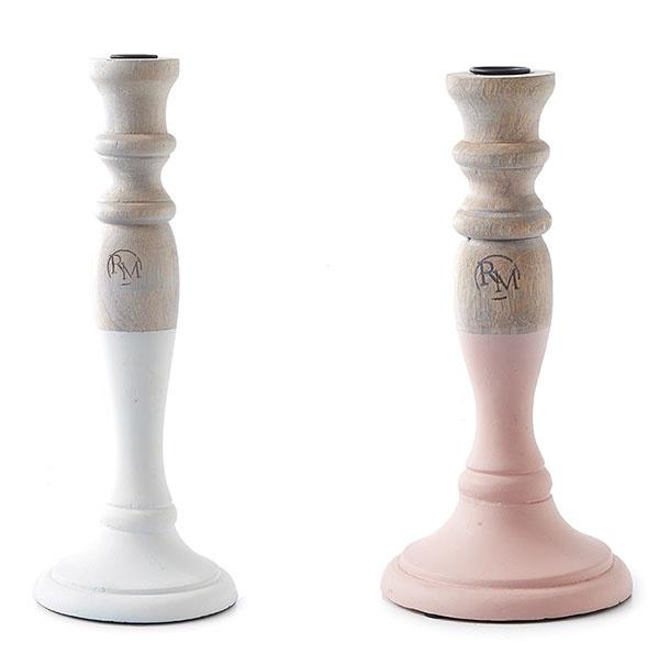 Drevené svietniky od značky Rivièra Maison vjemných pastelových tónoch ozdobia nejeden stolík či komodu.