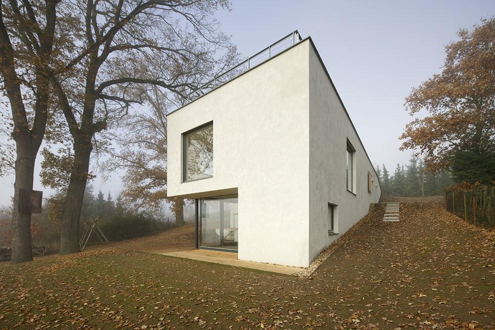 Na výrazne svahovitom pozemku vyrástol dom, ktorý z jednej strany takmer nevidno
