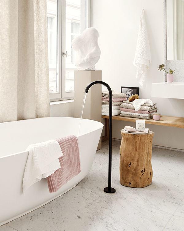 Skvelým anavyše veľmi vkusným pomocníkom nielen vo vidiekom inšpirovanej kúpeľni môže byť vhodne opracovaný drevený kmeň, ktorý zastúpi odkladací stolček aj stoličku.