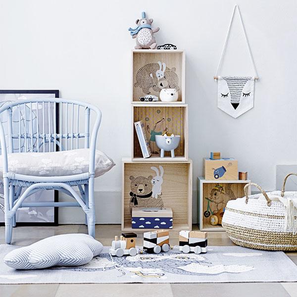 1  Ak pri zariaďovaní detskej izby neviete, po akom motíve siahnuť, zvieratká zútulnia každú izbičku. Krásne sa vynímajú na drevených úložných boxoch, ale aj vpodobe milých dekorácií, akými sú misky, hrnčeky alebo nástenné ozdoby. Ktomu uštrikovaný kamarát na mojkanie ažiadne dieťa sa viac necíti samo.