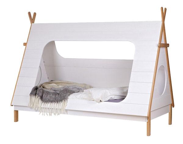 Biela detská posteľ De Eekhoorn Tipi, rozmery 215 × 106 × 163 cm, lakované borovicové drevo, 438 €, www.bonami.sk