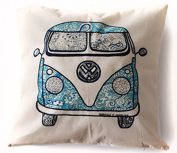 Cestovateľské vankúše Adventure awaits a VW Van, rozmery 45 × 45 cm, 11,90 €, obchod.milujemcestovanie.sk