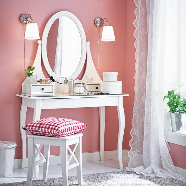 Čo potrebuje každá nežná slečna kživotu? Veľké zrkadlo, líčidlá asvoj vlastný kútik na skrášľovanie. Toaletný stolík stelesňuje ideálny priestor ženského sveta, kde všetky malé radosti, ako napríklad kozmetické produkty alebo šperky, majú svoje miesto. Pre väčšie aj menšie parádnice, ktoré sa rady rozmaznávajú. IKEA
