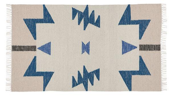 Vlnený koberec Kelim Blue Triangles – S, rozmery 80 × 140 cm, 80 % vlna, 20 % bavlna, 123,88 €, www.nordicday.sk