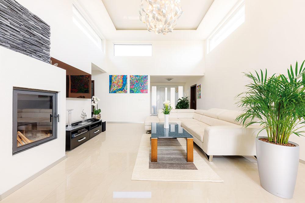 V OBÝVAČKE, CHODBÁCH A KUCHYNI je položená veľkoformátová gresová talianska dlažba. V izbách zasa teplejšie pôsobiaca plávajúca podlaha.
