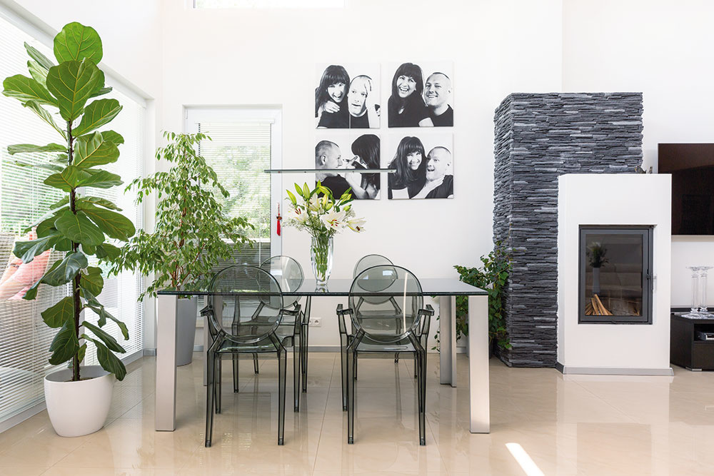 JEDÁLENSKÚ ČASŤ tvorí ťažký masívny stôl z lepeného trojskla, ktorého menšia verzia sa nachádza v obývačke ako konferenčný stolík.