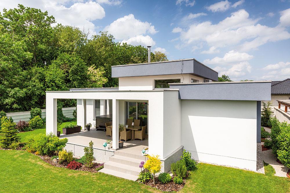 MAJITELIA INVESTOVALI značnú sumu do izolácie domu. Na streche majú 14 ton štrku, čo sa odráža na nízkych prevádzkových nákladoch. Minerálna fasáda je omnoho odolnejšia voči plesniam, do chráneného vtáčieho územia je vhodná.