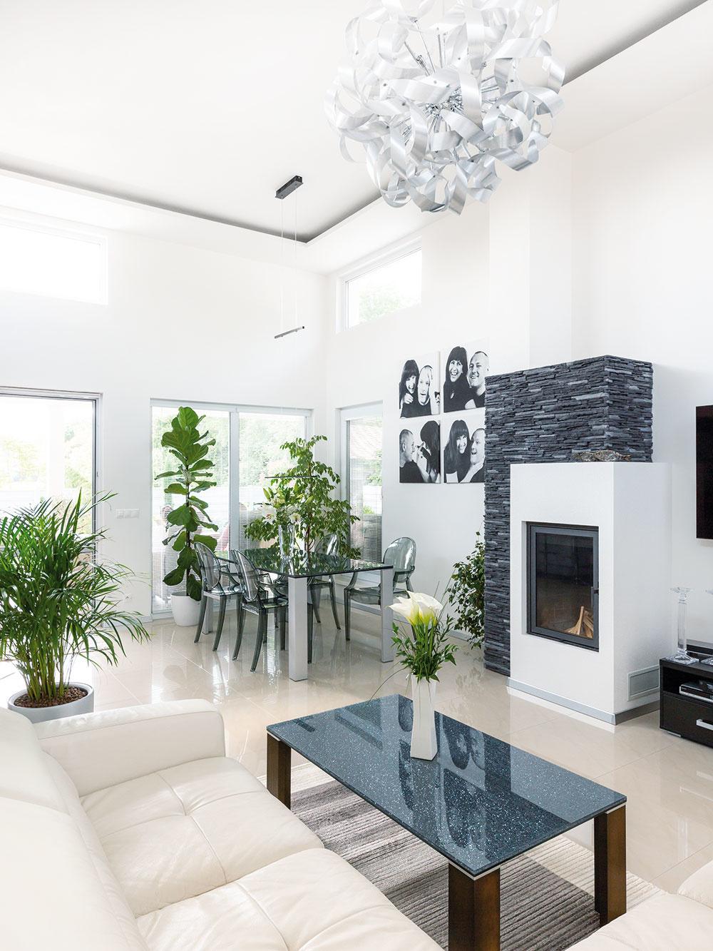 OBÝVACIA ČASŤ DOMU je presvetlená vďaka viacerým oknám, bielym stenám a svetlej koženej sedačke. Doplnky v antracitovej jej zasa dodávajú potrebný kontrast.
