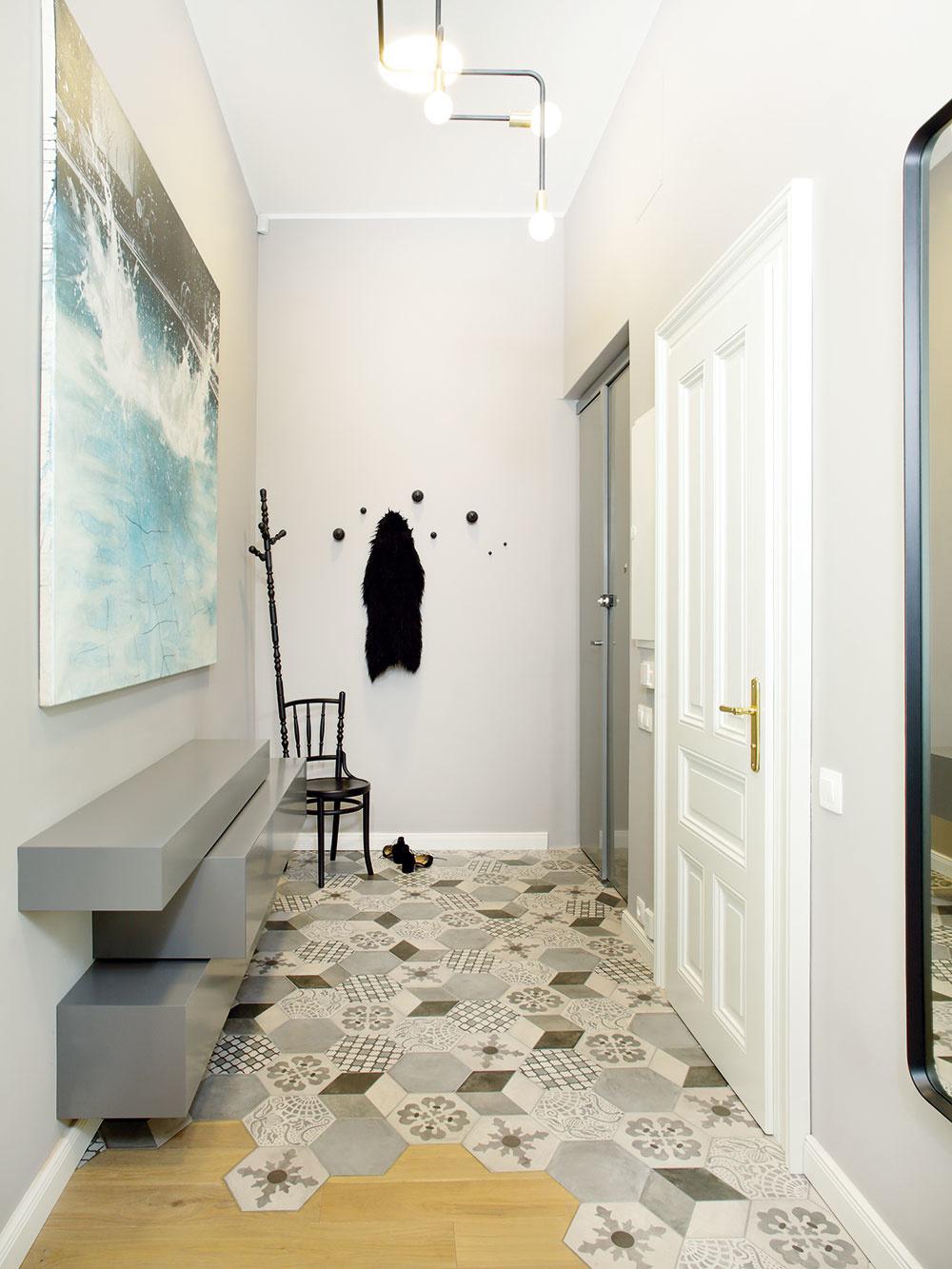 Zklasickej chodby, vedúcej stredom historického bytu, boli prístupné dve miestnosti na každej strane. Zmeny vdispozícii vymysleli autorky tak, aby viedli kúčelnému využitiu každého štvorcového centimetra. Už vstupná chodba je riešená nanajvýš prakticky azároveň sestetikou vlastnou celému bytu.