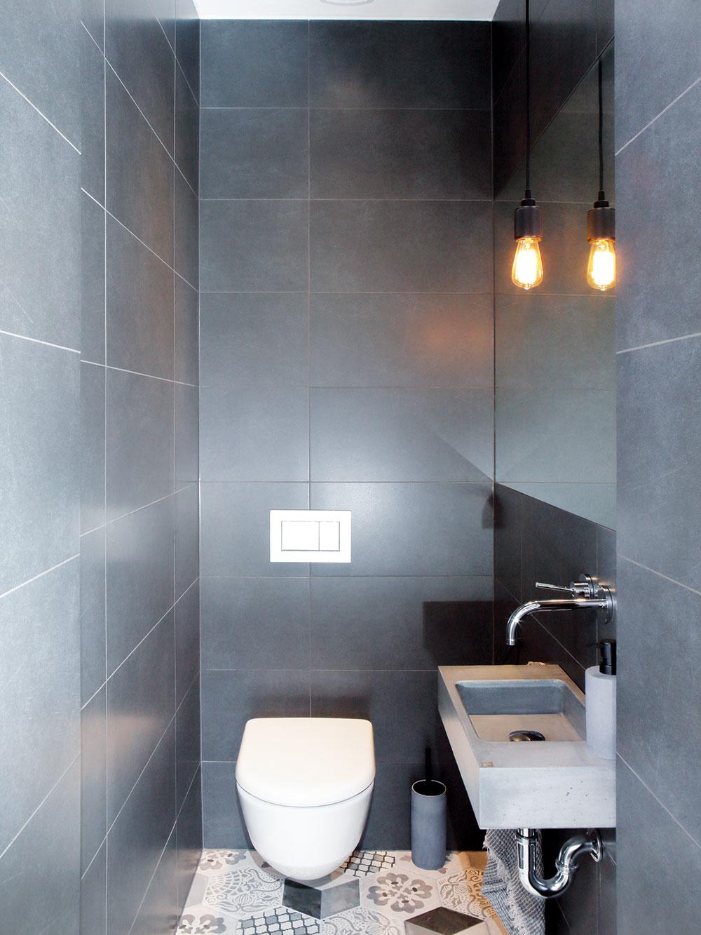 Zchodby sa vchádza na samostatnú toaletu, kde pokračuje hravá nápaditá dlažba, ktorá príjemne oživuje inak striedmo poňatú miestnosť.