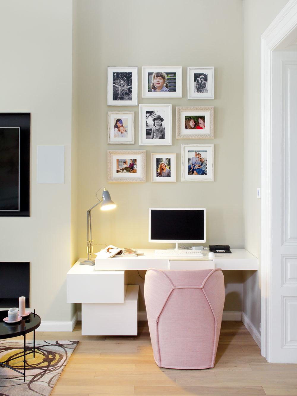 Nápad spredsadenou stenou, do ktorej je zapustený kozub na bioalkohol aosadená televízia, prospel obývačke nielen esteticky. Vznikla tým ipraktická nika na pracovný kút. Písací stôl je vyrobený na mieru podľa návrhu, ktorý vytvorila Ivanka Kowalski.