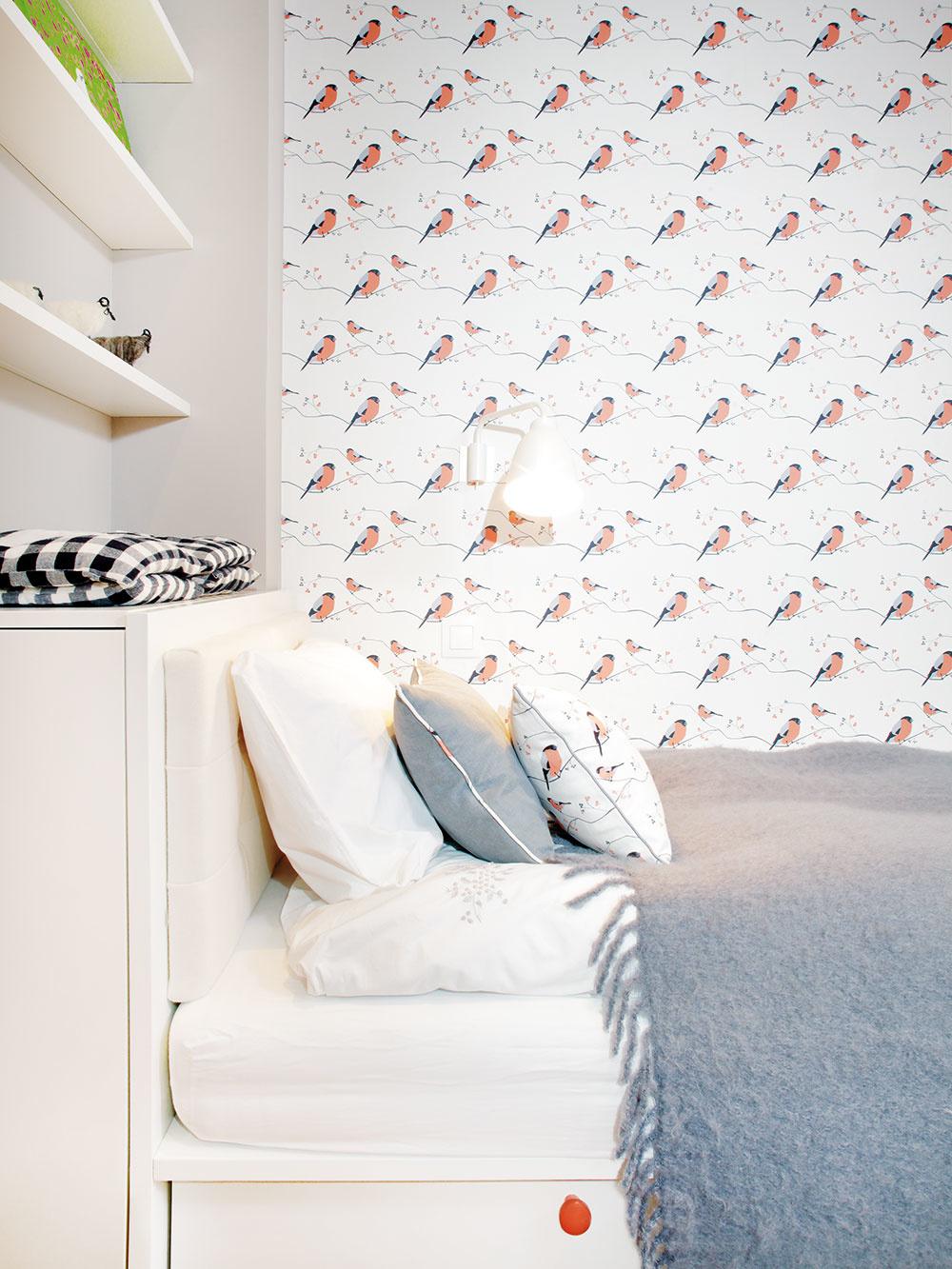 Detská izba nefunguje ako každodenný domov, ale slúži deťom len príležitostne, takže aj najmenšia miestnosť v byte na tento účel stačila. Aj tu je vybavenie koncipované s ohľadom na každý detail.