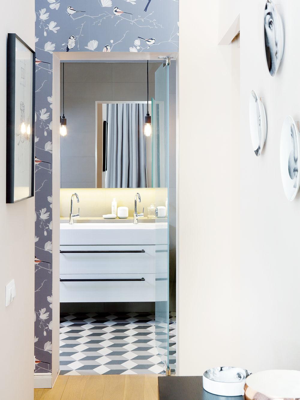 Dve spálne, dve kúpeľne. Do dispozície sa podarilo začleniť aj dve plnohodnotné, navyše veľmi elegantné kúpeľne (táto je prístupná z rodičovskej spálne) – vlastná kúpeľňa prislúcha ako spálni, tak aj detskej izbe.