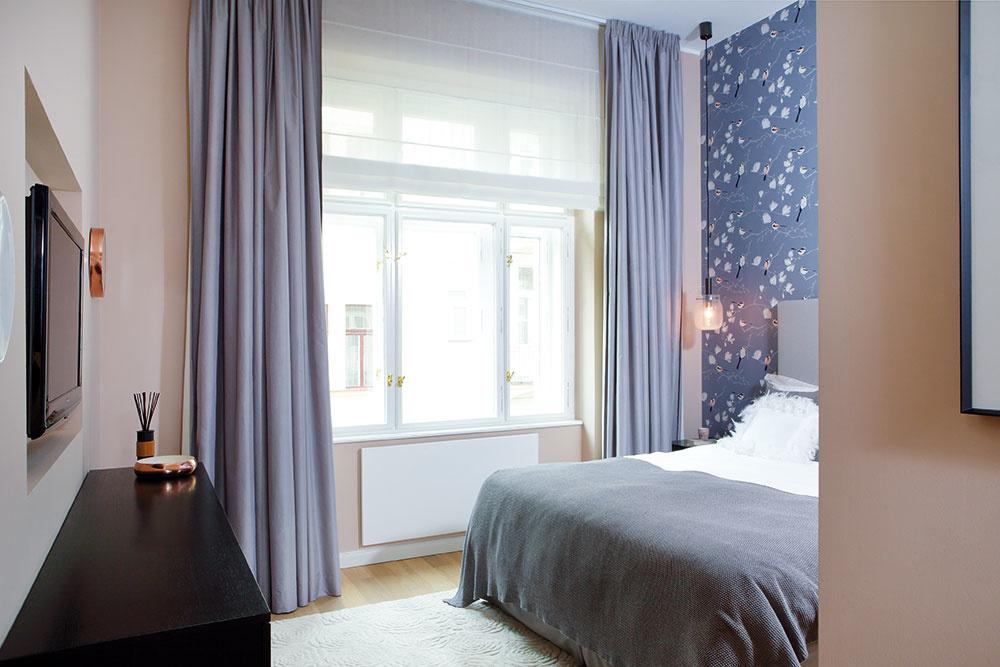 Spálňa má byť miestom odpočinku, aj preto zmenili dispozíciu bytu tak, aby boli jej okná obrátené do pokojnejšieho dvora. K pokojnému dojmu prispieva i neutrálna farebnosť.