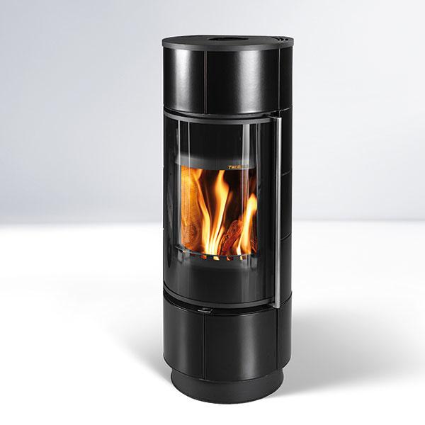 Kachle Thorma Atika majú elegantný keramický obklad aúčinnosť až 84 % (energetická trieda A+). Ich regulačný rozsah je 3,8 – 11,2 kW, palivo – drevo alebo brikety. Sekundárny vzduch udržiava čisté sklo. Vponuke je aj verzia spridanými akumulačnými kameňmi, ktoré vyžarujú teplo až 9 hodín po vyhasnutí. www.thorma.sk