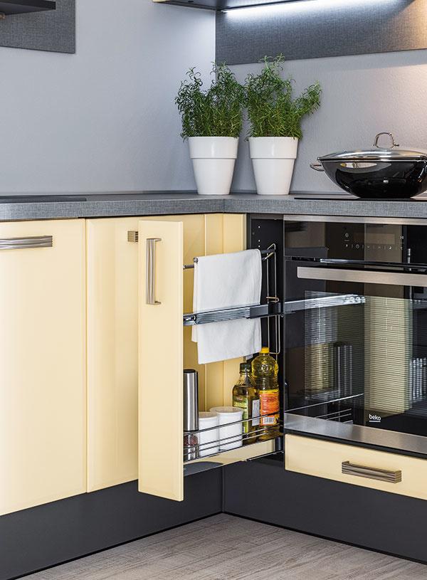 NA STOJÁKA. Aj zdanlivo nevyužiteľný úzky priestor sa dá využiť na odkladanie vďaka šikovnému výsuvnému systému. Kuchyňu Carmen predáva Decodom.
