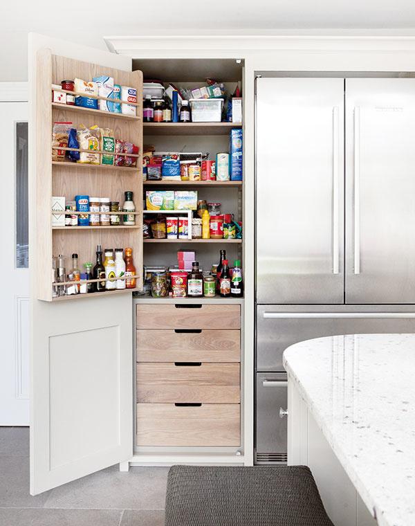 POLICA NA DVERÁCH. Ak vám priestor vbyte či dome neumožňuje mať samostatnú miestnosť na skladovanie potravín, špajzová skriňa musí byť využitá na maximum. Napríklad aj tak, že na jej vnútorné dvere primontujete policu na uskladnenie ďalších obľúbených dobrôt. Praktické aprehľadné, čo poviete?