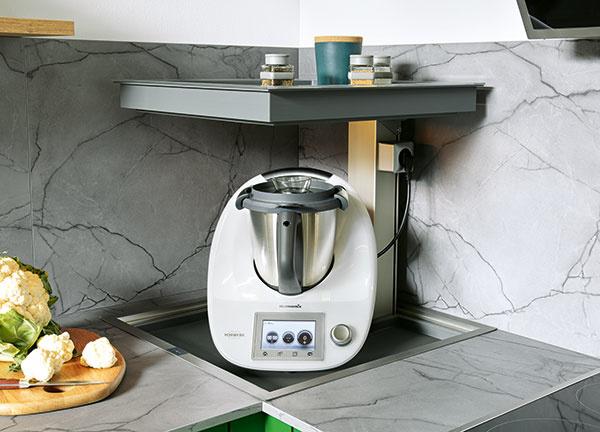 """KUCHYNSKÝ VÝŤAH. Aj takúto """"čerešničku"""" môžete zakomponovať do kuchyne, keď chcete maximálne využiť každý štvorcový centimeter. Do rohu umiestnite vyťahovaciu policu, ktorá ukrýva kávovar či iný spotrebič, ktorý používate iba sporadicky. Počas bežných dní, keď je zasunutá, jej vrchná časť slúži ako odkladací priestor na bežne používané kuchynské pomôcky či koreničky."""
