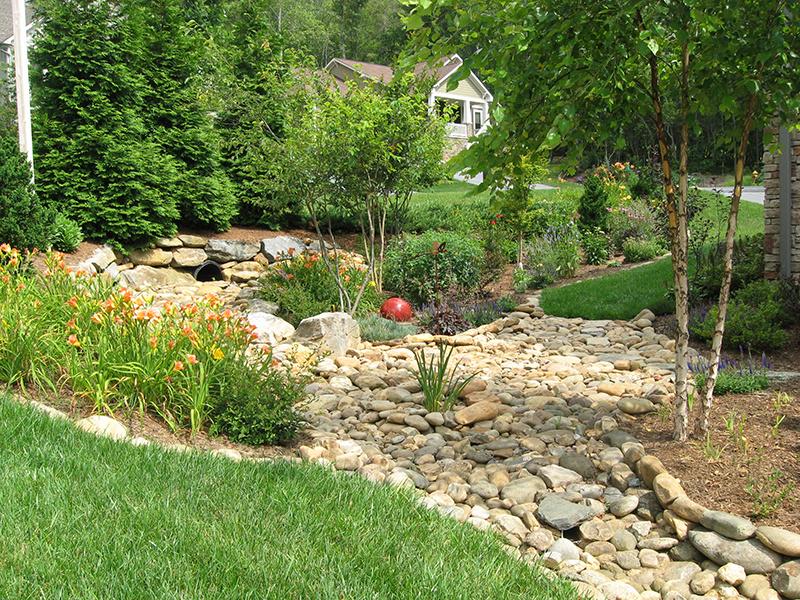 Čerstvá dažďová voda má lepšie chemické zloženie ako miestna pramenitá voda, neobsahuje chlór a veľmi dobre rozpúšťa živiny, je teda výborná na polievanie kvetov, zeleniny či trávnika.