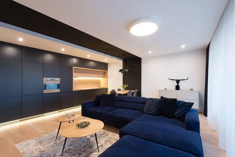 Mužský svet s dôrazom na jednoduchosť: Elegantný trojizbový byt v Bratislave (VIDEO)