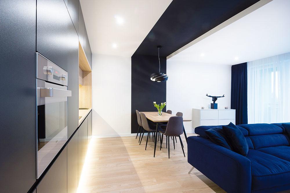 Čierny náter použil architekt aj pri rozdelení denného priestoru na zóny. Tak vznikol nápadný čierny pás na strope ipo oboch protiľahlých stenách, ktorý esteticky vyčlenil jedálenský priestor.
