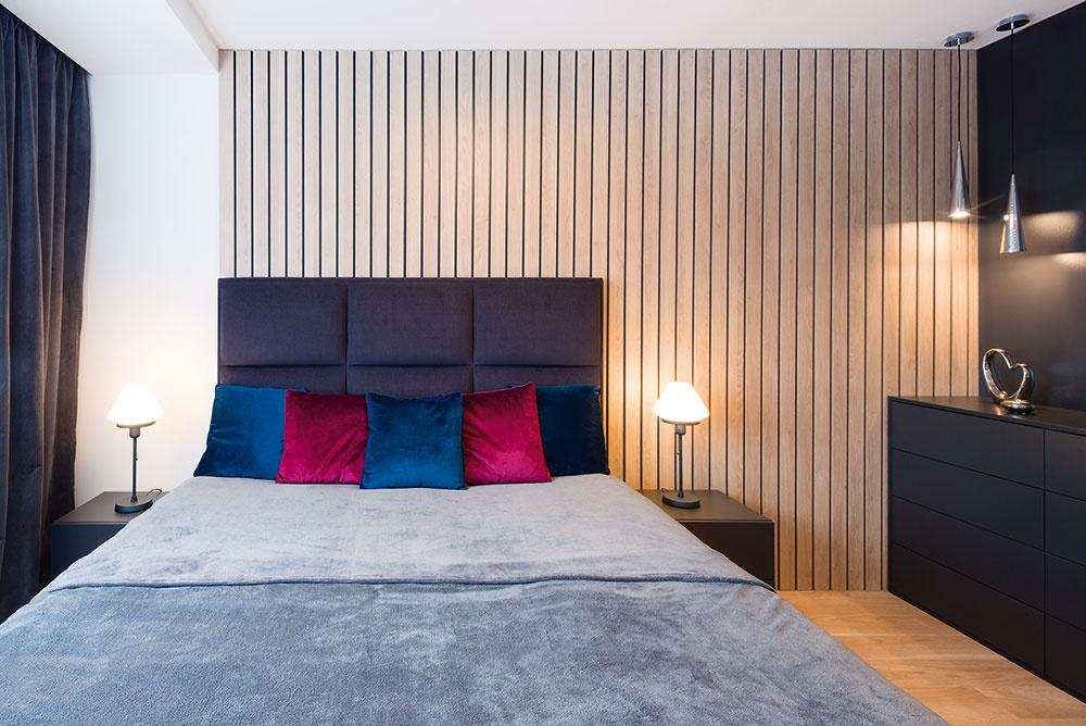 Takmer všetok nábytok vbyte je vyrobený na mieru stolárskou firmou Femos. Výnimkou nie je ani pohodlná celočalúnená posteľ.