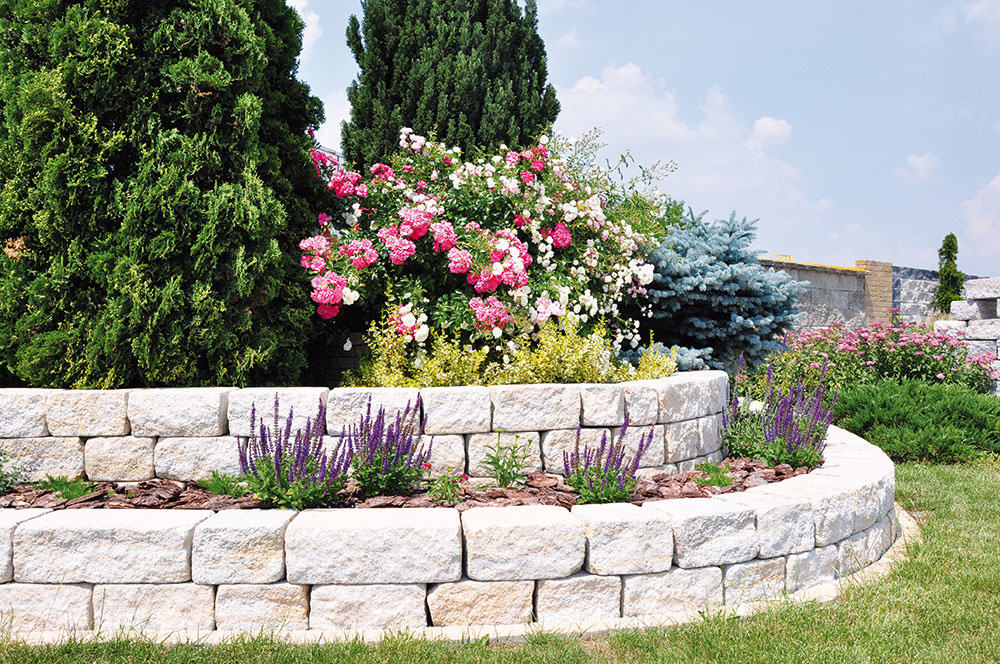 Oporné múry vybudované z betónových tvárnic získavajú stále väčšiu popularitu vďaka jednoduchosti výstavby a estetickým kvalitám. www.citystonedesign.sk