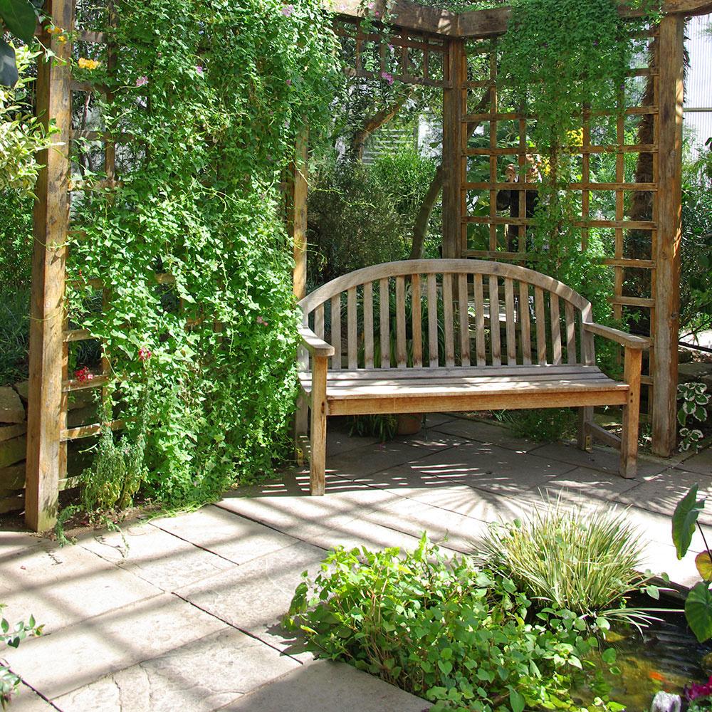 Ak vyberáte spevnené plochy, je ideálne prispôsobiť ich materiálovo aj farebne vzhľadu domu. Pri výbere zohľadnite nielen jeho fasádu, ale aj oplotenie adrobné záhradné stavby, resp. celkový charakter okolia.