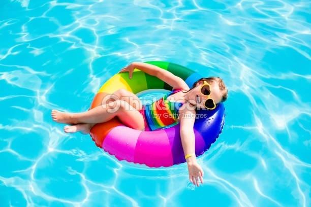 Bazén je bezpečný vďaka chemickým prípravkom.