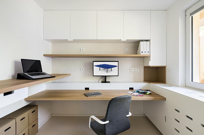 Rekonštrukcia bytu s modrými detailmi