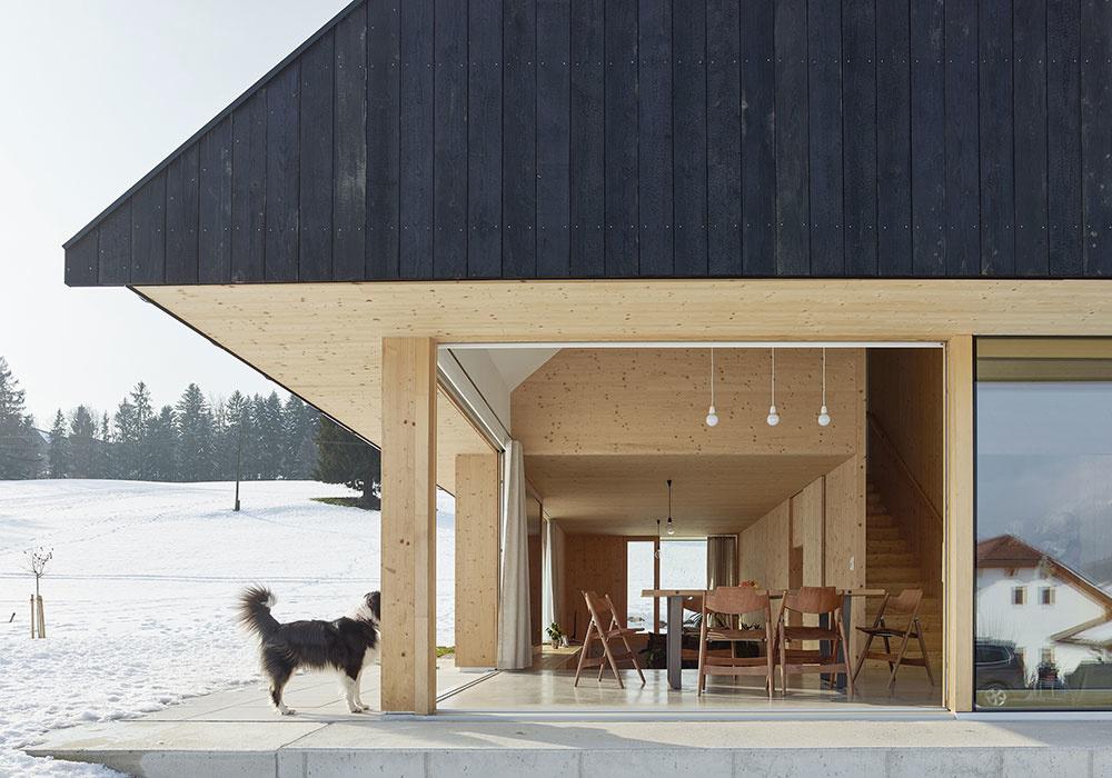Rodinný dom postavený z troch materiálov: drevo, betón a sklo