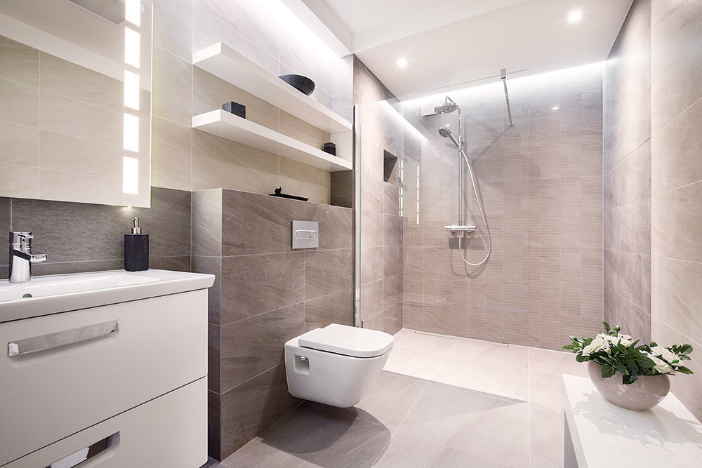 Tip do úzkej kúpeľne. V úzkej a dlhej kúpeľni je praktické usporiadať zariadenie pozdĺž jednej steny – všetko tak bude najlepšie dostupné. Aby ste zabránili fádnosti, striedajte rôzne farby i veľkosti obkladu a rôzne hĺbky priestoru (napríklad pomocou skriniek, ník či políc). Využite aj overený trik na optické zväčšenie – veľké zrkadlo.