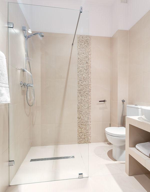 Vaňa alebo sprcha? Ak vkúpeľni bojujete ocentimetre, je odpoveď na túto otázku naozaj dôležitá. Napríklad, na pôdoryse malej vane môžete mať veľký apohodlný sprchovací kút, ak je navyše vúrovni podlahy asbezrámovým sklom, opticky zpriestoru kúpeľne neukrojí.