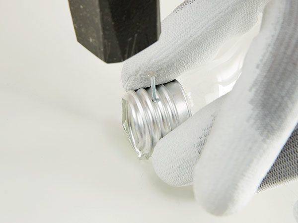 Klincom a poklepaním kladivom urobíme dva otvory na závesný drôt v kovovej časti.