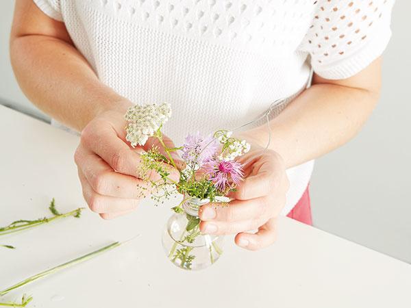 Ostáva už len nazbierať rastlinky, ktorými naplníme vázy. V lete sú na lúke zadarmo!
