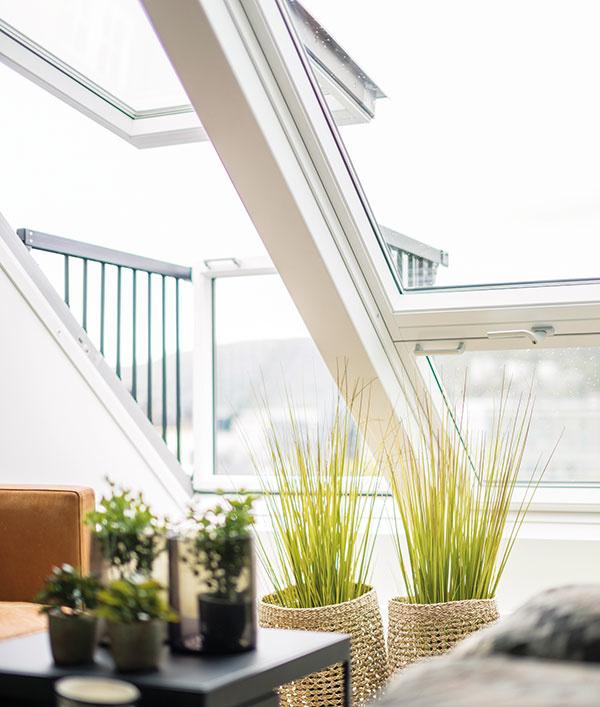Strešný balkón VELUX CABRIO® predstavuje jednoduché riešenie, ako vytvoriť nečakaný priestor vpodkroví azaručiť veľkolepý výhľad priamo zo strechy. Vzatvorenom stave pôsobí ako klasická kombinácia strešného adoplnkového okna. Dokonale splýva srovinou strechy anenarúša jej celkový vzhľad. Zoštíhlené rámy okien prinášajú do podkrovia ešte viac denného svetla. Hodnota hlukového útlmu jeho nízkoenergetického trojskla je 37 dB. Trojsklo tiež účinne bráni tepelným stratám, ku ktorým by inak mohlo dochádzať. www.velux.sk