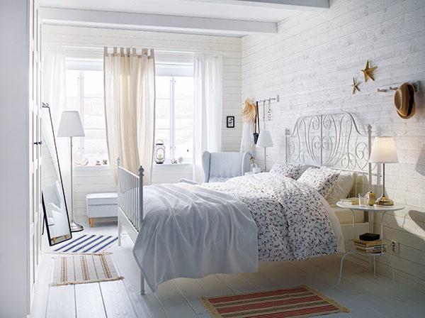 Hra štruktúr je pri bielej dôležitá. Preto ak zariaďujete interiér v bielych tónoch, vyhrajte sa s nimi. Hladká tapeta so vzhľadom drevených dosiek bude pekne ladiť s latovou podlahou, kovový rám postele zas vyváži bavlnená či saténová posteľná bielizeň. IKEA