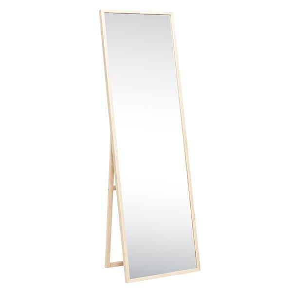 Zrkadlá i sklo sa s bielou kamarátia. Dodajú jej na jasnosti a miestnosť opticky rozšíria. Stojacie zrkadlo v dubovom ráme od značky Hübsch predáva www.bellarose.sk.