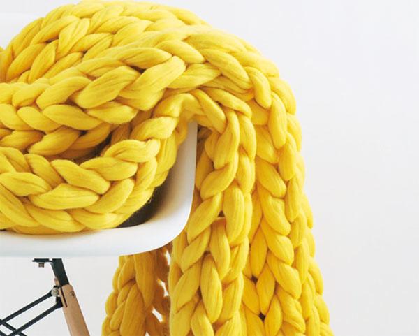 Tkaná deka Chunky od značky Conceptual, vlna merino, ručná výroba, 130 × 125 cm, 352,09 €,  www.bonami.sk