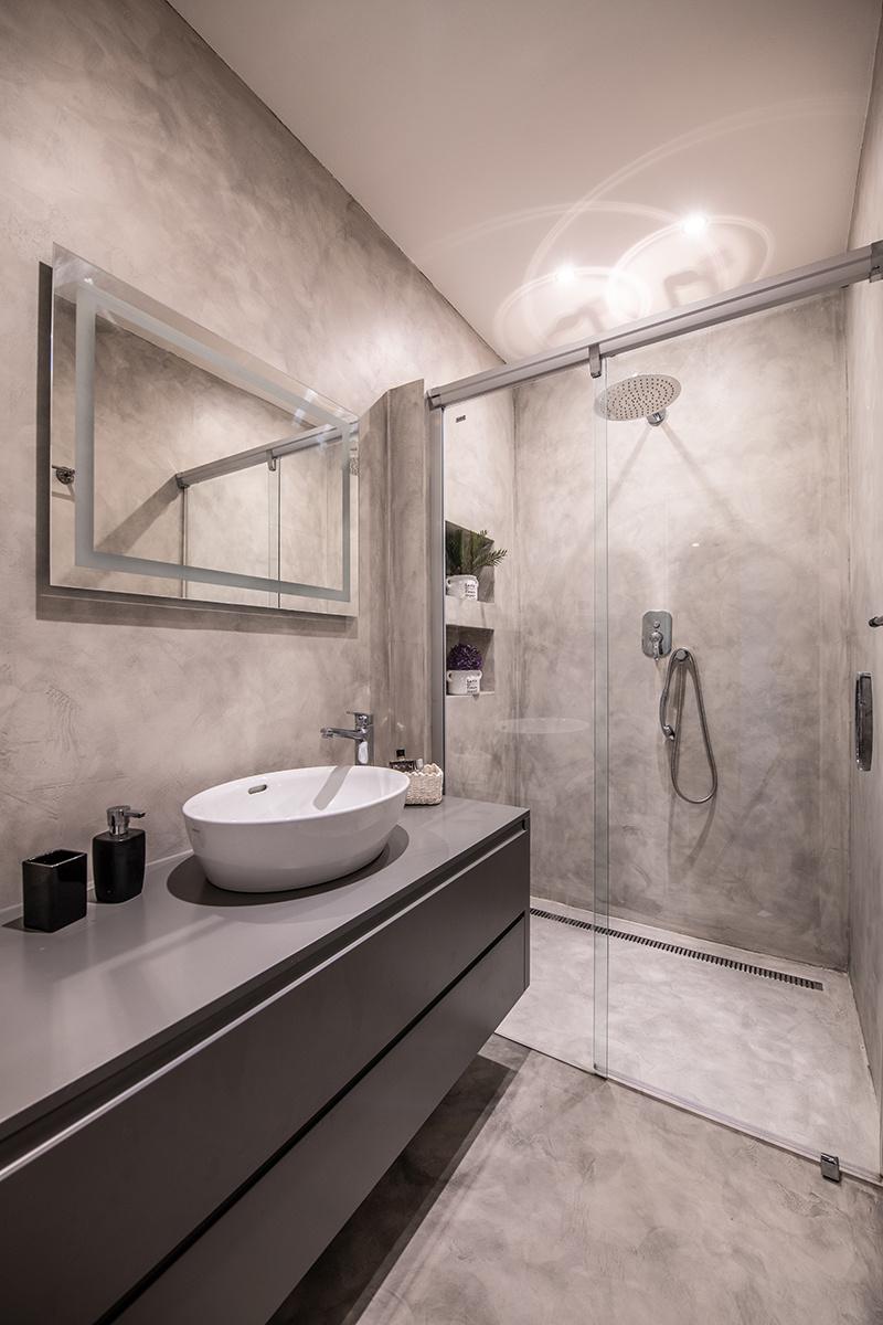 Živicová sivá stierka podčiarkuje atmosféru celého bytu.