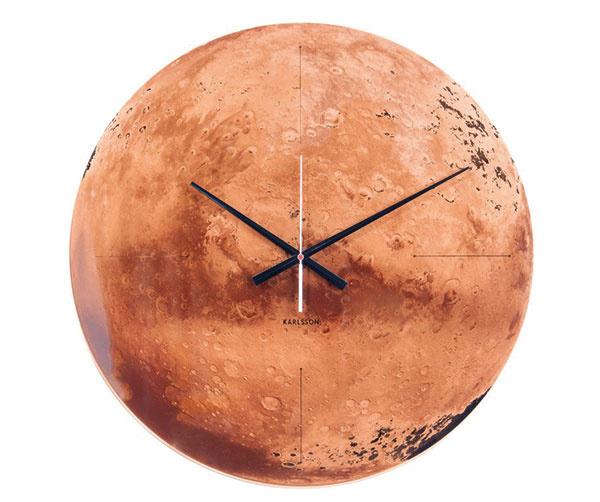 Nástenné hodiny od Karlsson, minimalistický dizajn, sklo, priemer 60 cm, 105,70 €, www.vemzu.sk