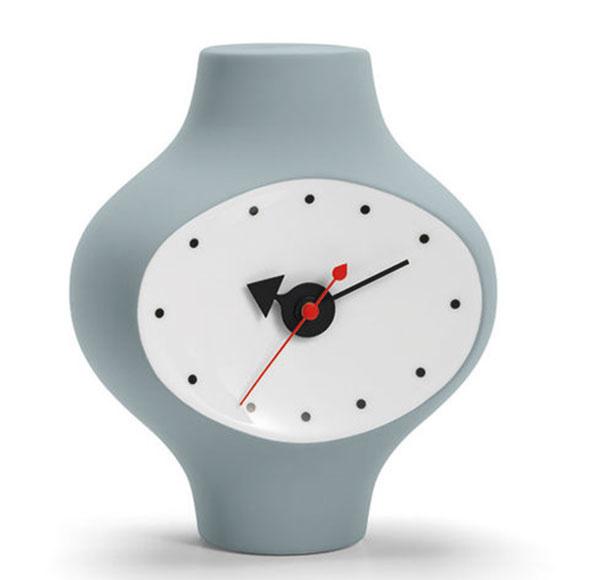 Stolové hodiny Ceramic Clock od značky Vitra, porcelán, 15 × 17 × 9 cm, 295 €, www.designville.sk