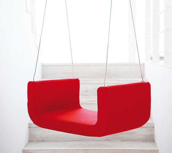 Hojdačka Me & U od značky Softline, jaseňové drevo, poťah: plsť, 70 % vlna, 25 % polyamid, 3 % akryl, 2 % polyester, 649 €, www.my-deco-shop.com