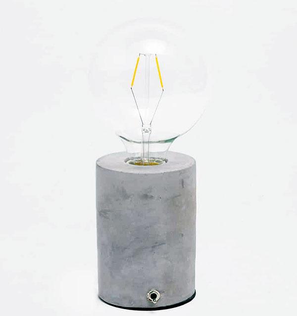 Lampa s cementovým podstavcom, sklo, kamenina, 12 × 28 × 28 cm, 59,99 €, www.zarahome.com