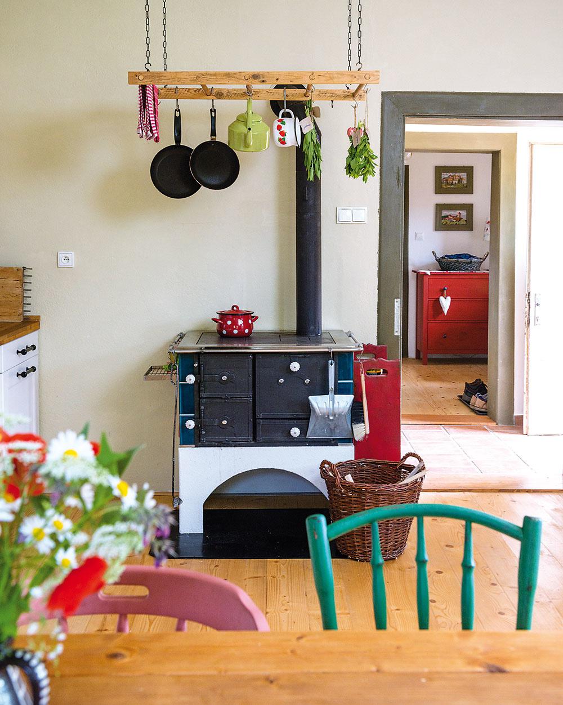 Kachľová pec sa každú zimu postará opríjemné teplo. Spolu sdekoratívnym rebríkom už dlho tvoria pár. Sušiť sa na ňom dajú nielen bylinky, ale ipyžamo.